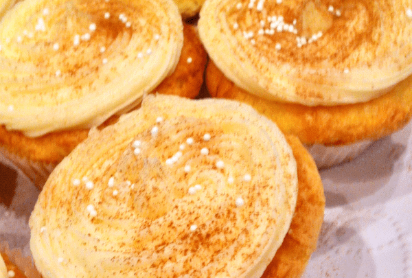 Eggnog cupcakes with cinnamon and nutmet