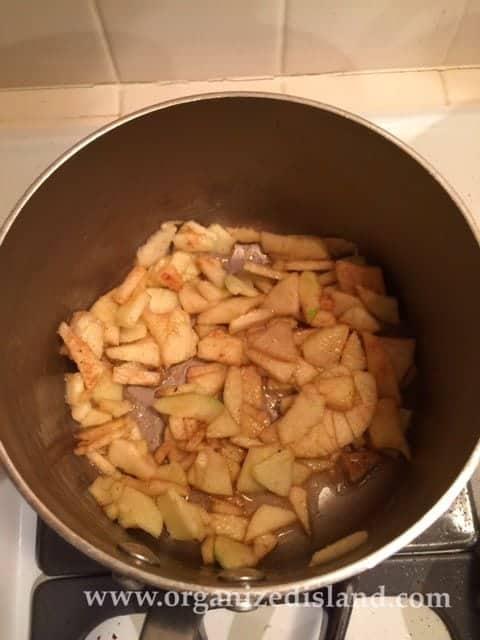 making-apple-filling
