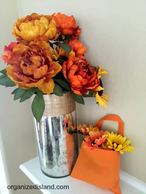 This craft is so easy - it's crazy! What a great way to put up cheap and easy fall decorations in your home! Great easy fall decorating ideas here.