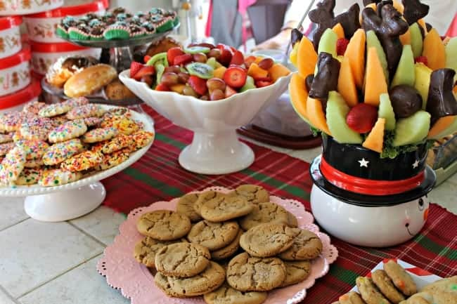 Tips on planning a holiday party with little stress. recipes, holiday party ideas and a party planning printable.