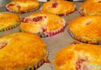 Easy Strawberry Muffins recipe - only 5 ingredients!